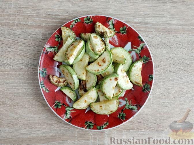 Фото приготовления рецепта: Салат из курицы с кабачками, огурцами, сладким перцем и помидорами - шаг №7