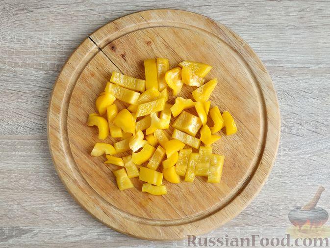 Фото приготовления рецепта: Салат из курицы с кабачками, огурцами, сладким перцем и помидорами - шаг №9