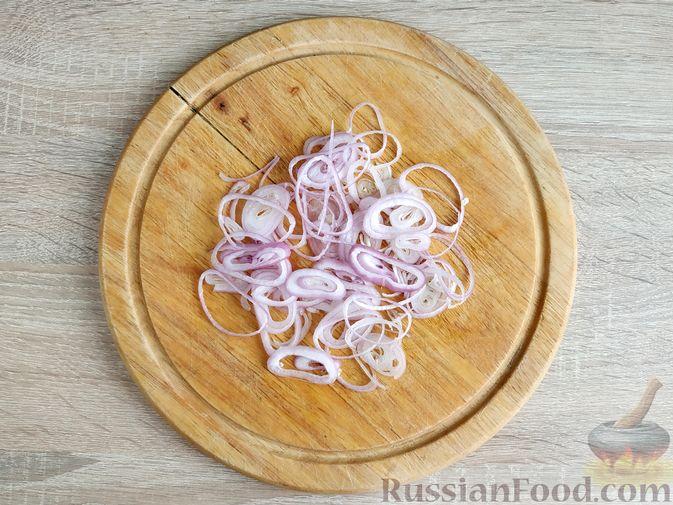 Фото приготовления рецепта: Салат из курицы с кабачками, огурцами, сладким перцем и помидорами - шаг №11