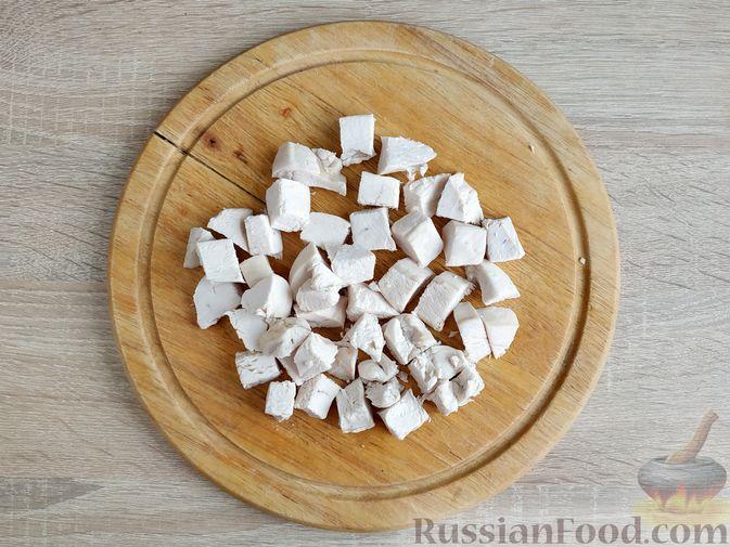 Фото приготовления рецепта: Салат из курицы с кабачками, огурцами, сладким перцем и помидорами - шаг №4