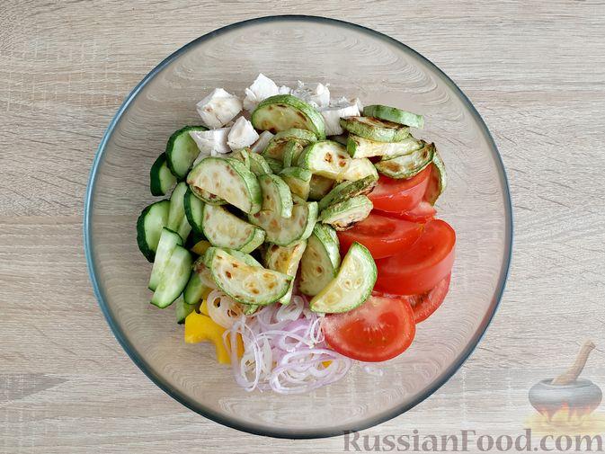 Фото приготовления рецепта: Салат из курицы с кабачками, огурцами, сладким перцем и помидорами - шаг №12
