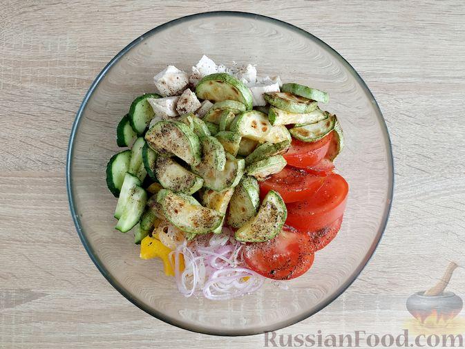Фото приготовления рецепта: Салат из курицы с кабачками, огурцами, сладким перцем и помидорами - шаг №13
