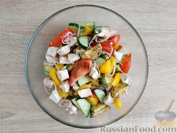 Фото приготовления рецепта: Салат из курицы с кабачками, огурцами, сладким перцем и помидорами - шаг №14