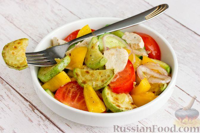 Фото приготовления рецепта: Салат из курицы с кабачками, огурцами, сладким перцем и помидорами - шаг №15