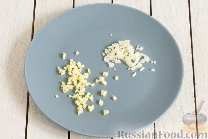 Фото приготовления рецепта: Гречневая каша с чесноком и имбирём - шаг №2