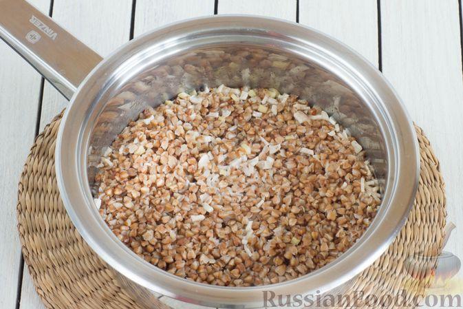 Фото приготовления рецепта: Гречневая каша с чесноком и имбирём - шаг №8