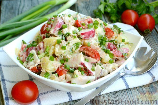 Фото к рецепту: Салат с тунцом, редисом, картофелем и помидорами