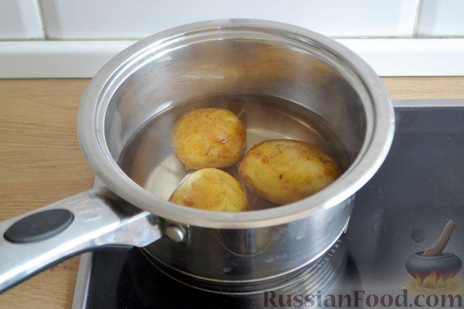 Фото приготовления рецепта: Салат с тунцом, редисом, картофелем и помидорами - шаг №2