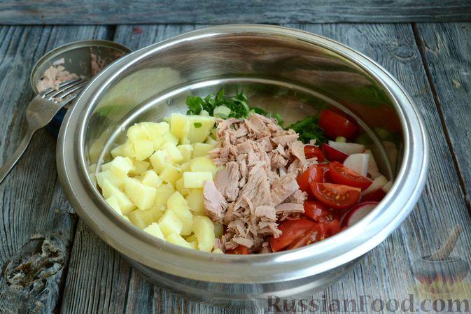 Фото приготовления рецепта: Салат с тунцом, редисом, картофелем и помидорами - шаг №7