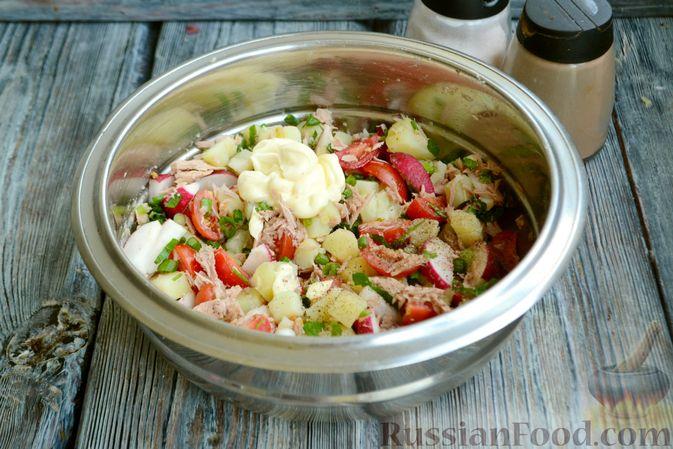 Фото приготовления рецепта: Салат с тунцом, редисом, картофелем и помидорами - шаг №8