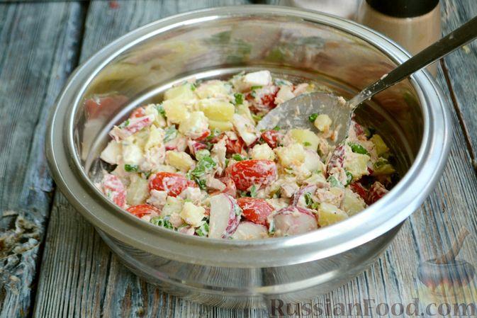 Фото приготовления рецепта: Салат с тунцом, редисом, картофелем и помидорами - шаг №9