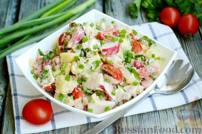Фото приготовления рецепта: Салат с тунцом, редисом, картофелем и помидорами - шаг №10