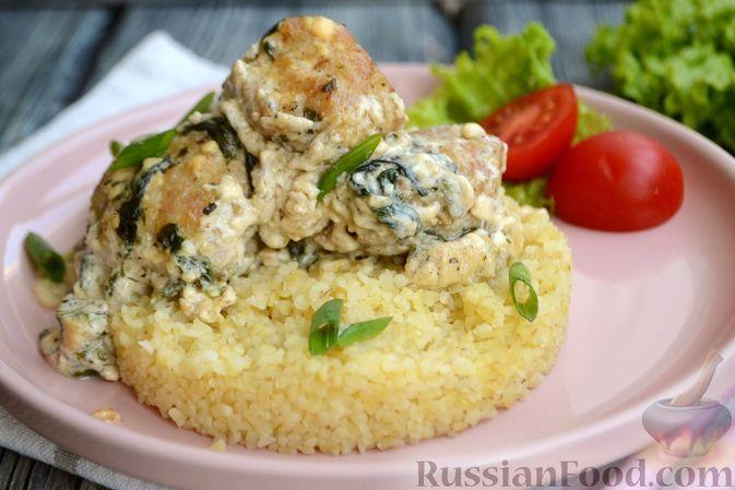 Фото к рецепту: Куриные фрикадельки, тушенные в сырном соусе со шпинатом