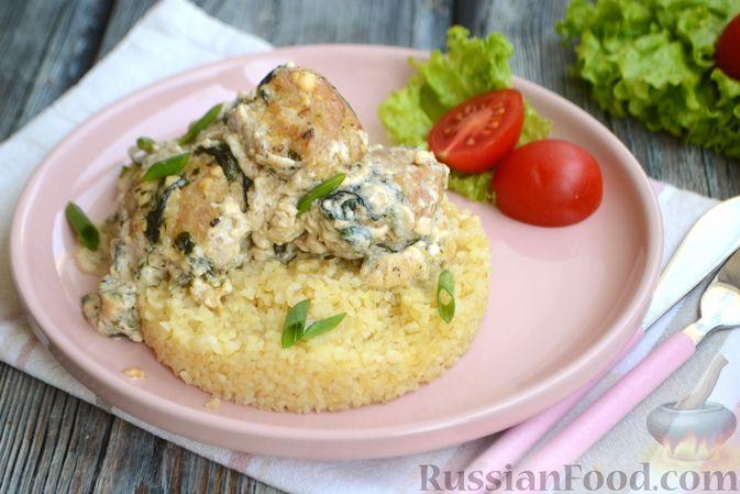 Фото приготовления рецепта: Куриные фрикадельки, тушенные в сырном соусе со шпинатом - шаг №12