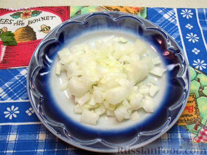 Фото приготовления рецепта: Салат с кабачками, огурцами и яйцами - шаг №4