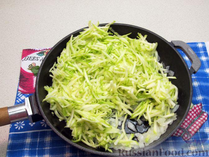 Фото приготовления рецепта: Салат с кабачками, огурцами и яйцами - шаг №6