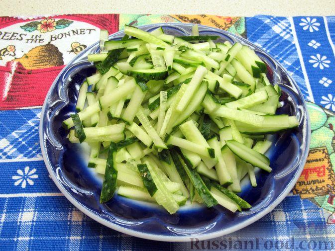 Фото приготовления рецепта: Салат с кабачками, огурцами и яйцами - шаг №9