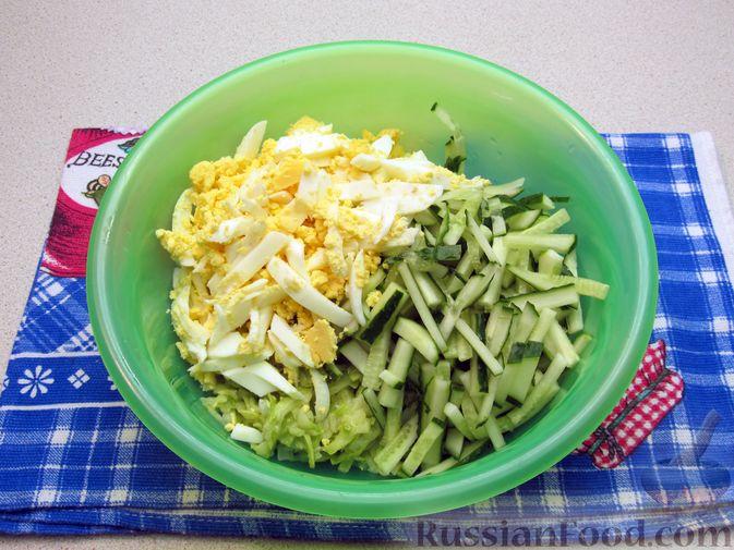Фото приготовления рецепта: Салат с кабачками, огурцами и яйцами - шаг №10