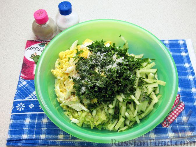 Фото приготовления рецепта: Салат с кабачками, огурцами и яйцами - шаг №12