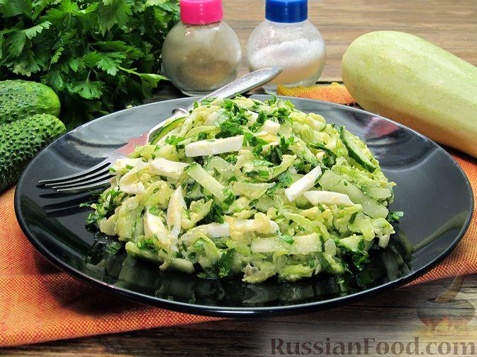 Фото приготовления рецепта: Салат с кабачками, огурцами и яйцами - шаг №14