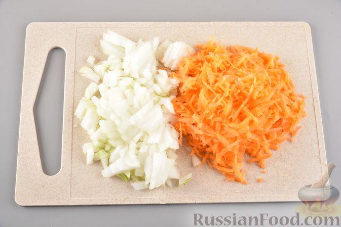Фото приготовления рецепта: Икра из солёных огурцов и моркови - шаг №2