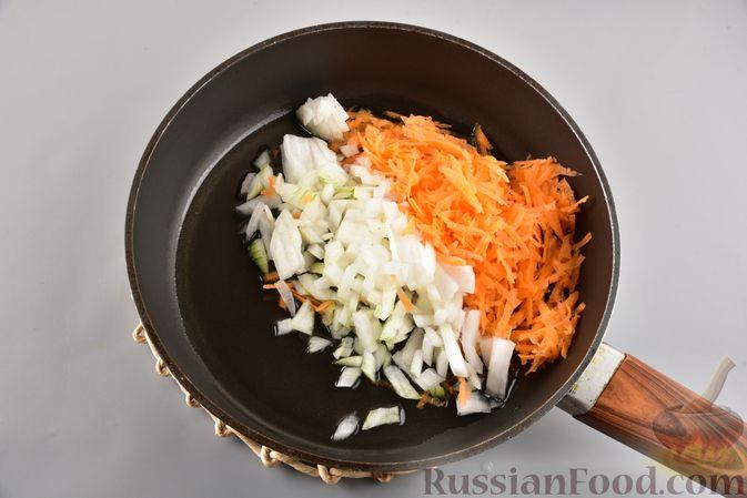 Фото приготовления рецепта: Икра из солёных огурцов и моркови - шаг №3