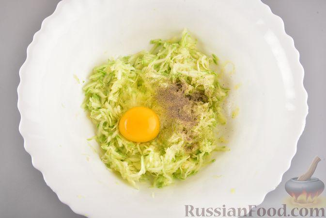Фото приготовления рецепта: Кабачковые зразы с мясным фаршем и сыром - шаг №3