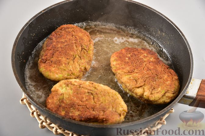 Фото приготовления рецепта: Кабачковые зразы с мясным фаршем и сыром - шаг №11