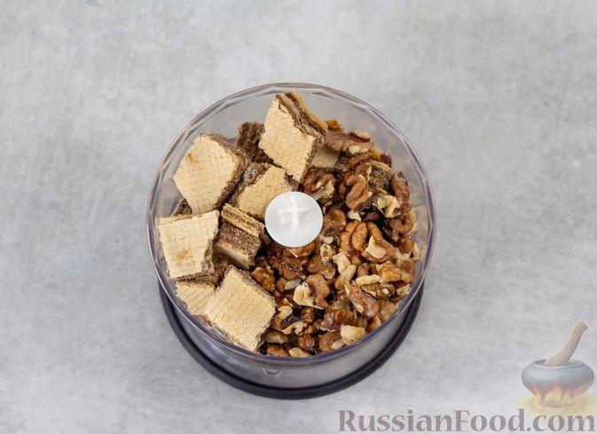 Фото приготовления рецепта: Конфеты из вафель с бананом и орехами - шаг №2