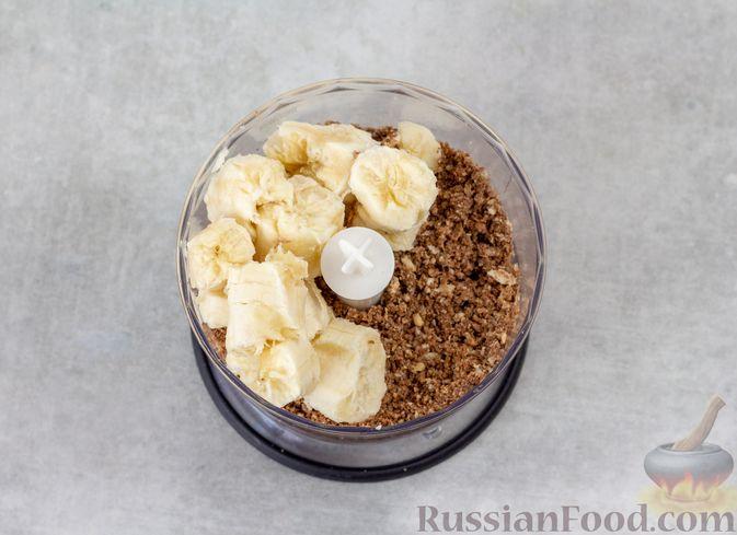Фото приготовления рецепта: Конфеты из вафель с бананом и орехами - шаг №3