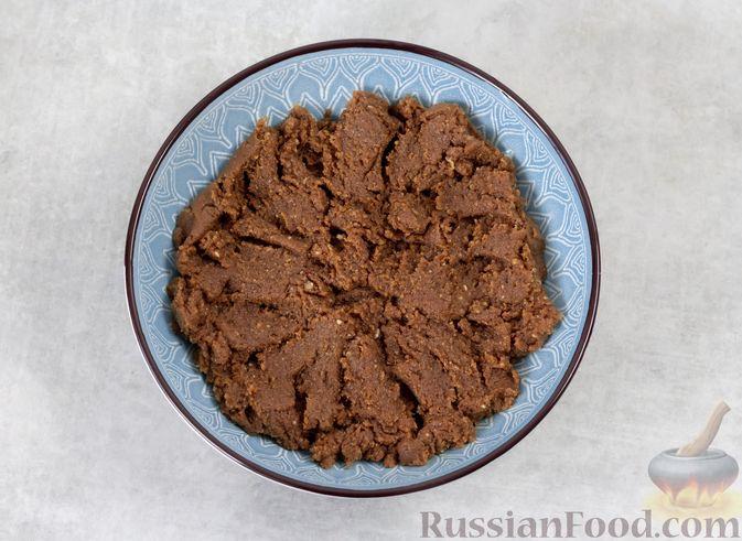 Фото приготовления рецепта: Конфеты из вафель с бананом и орехами - шаг №5