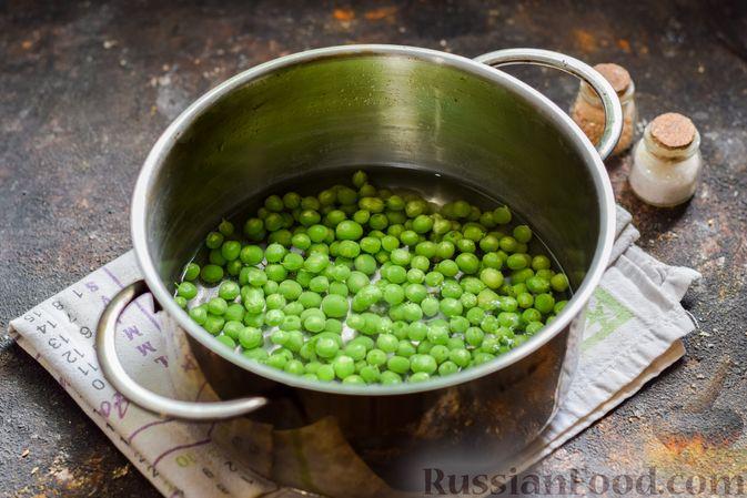 Фото приготовления рецепта: Пшённая каша с зелёным горошком и сливками - шаг №3