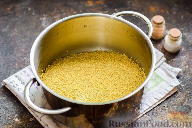 Фото приготовления рецепта: Пшённая каша с зелёным горошком и сливками - шаг №2