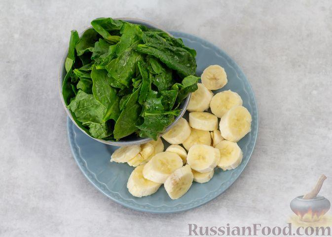 Фото приготовления рецепта: Шпинатный смузи с бананом и мёдом - шаг №2