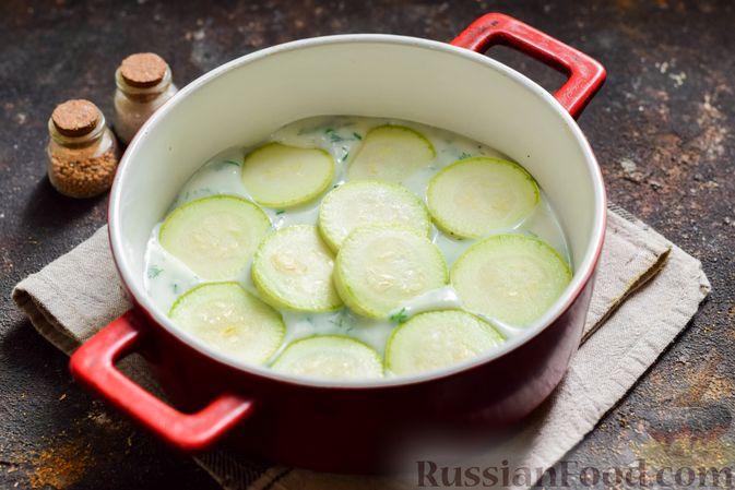 Фото приготовления рецепта: Кабачки, запечённые с молодой картошкой и помидорами, в соусе бешамель - шаг №11