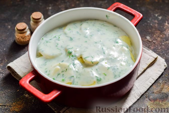 Фото приготовления рецепта: Кабачки, запечённые с молодой картошкой и помидорами, в соусе бешамель - шаг №14