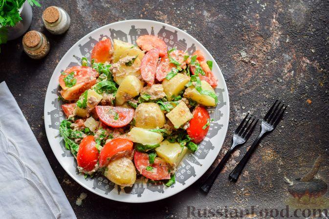 Фото к рецепту: Салат из молодого картофеля с тунцом, помидорами и шпинатом