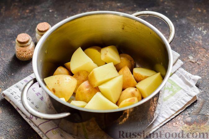 Фото приготовления рецепта: Салат из молодого картофеля с тунцом, помидорами и шпинатом - шаг №2