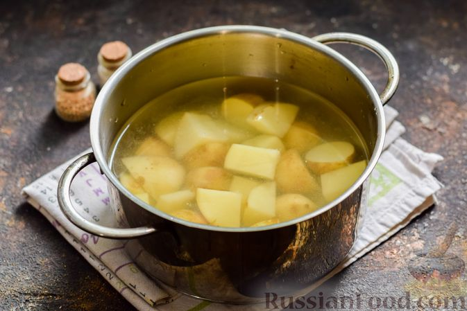 Фото приготовления рецепта: Салат из молодого картофеля с тунцом, помидорами и шпинатом - шаг №3