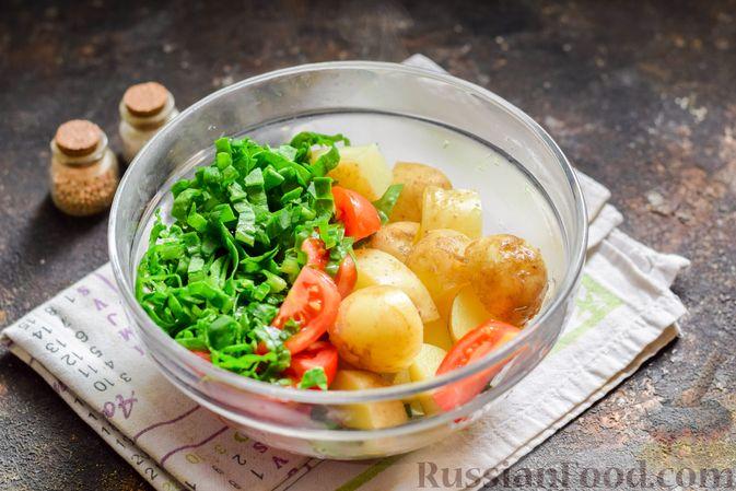 Фото приготовления рецепта: Салат из молодого картофеля с тунцом, помидорами и шпинатом - шаг №6