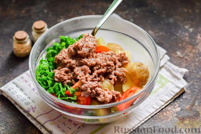 Фото приготовления рецепта: Салат из молодого картофеля с тунцом, помидорами и шпинатом - шаг №7