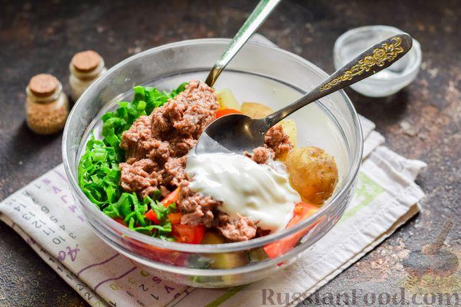 Фото приготовления рецепта: Салат из молодого картофеля с тунцом, помидорами и шпинатом - шаг №8