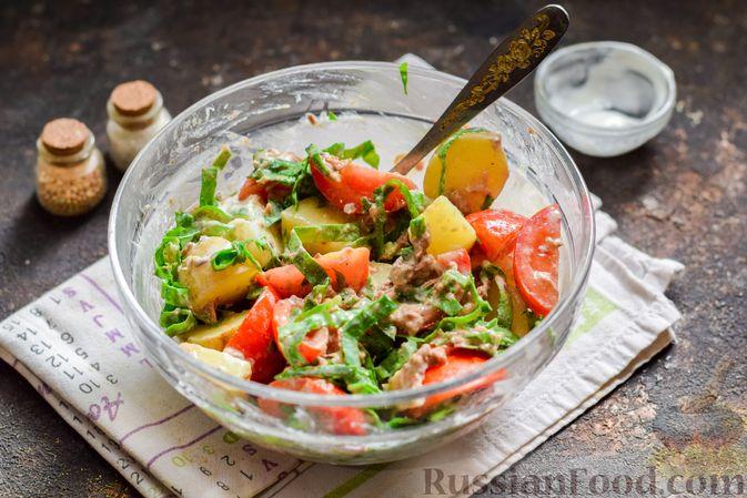 Фото приготовления рецепта: Салат из молодого картофеля с тунцом, помидорами и шпинатом - шаг №9