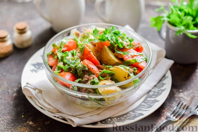Фото приготовления рецепта: Салат из молодого картофеля с тунцом, помидорами и шпинатом - шаг №10