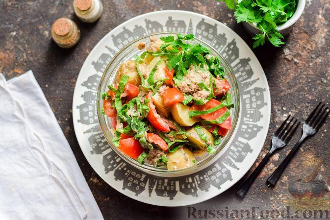 Фото приготовления рецепта: Салат из молодого картофеля с тунцом, помидорами и шпинатом - шаг №11
