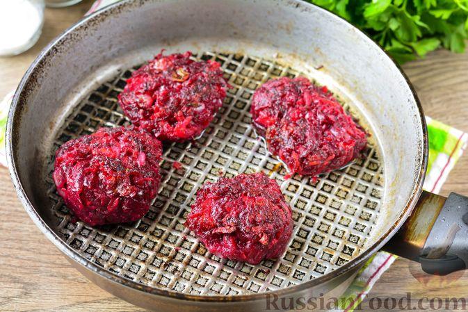 Фото приготовления рецепта: Котлетки из свеклы и моркови - шаг №9