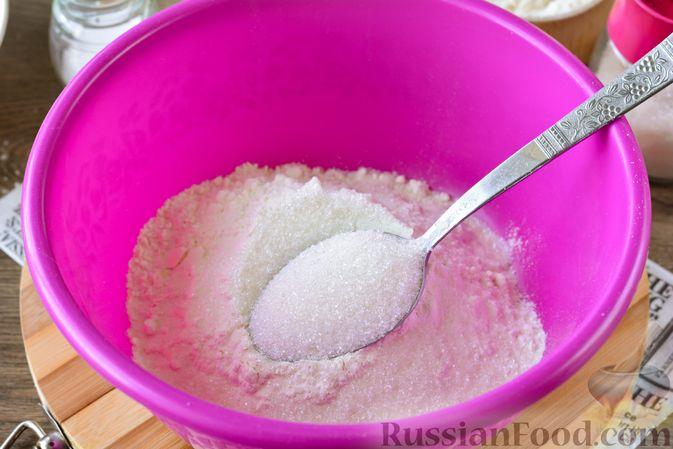 Фото приготовления рецепта: Дрожжевые булочки с кунжутом - шаг №2