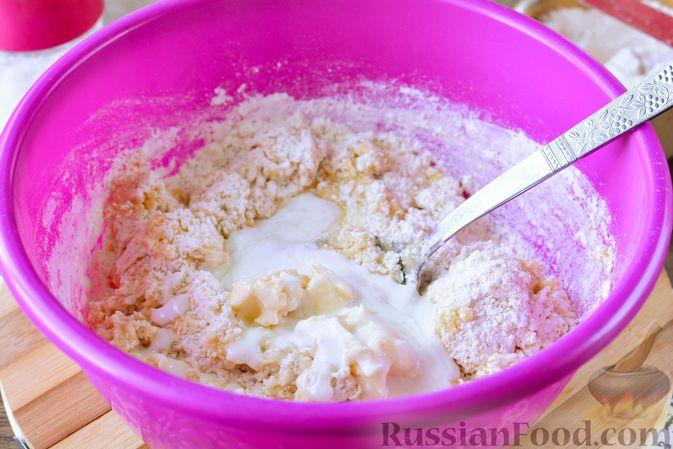 Фото приготовления рецепта: Дрожжевые булочки с кунжутом - шаг №9