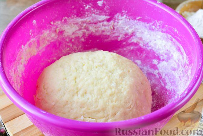 Фото приготовления рецепта: Дрожжевые булочки с кунжутом - шаг №10