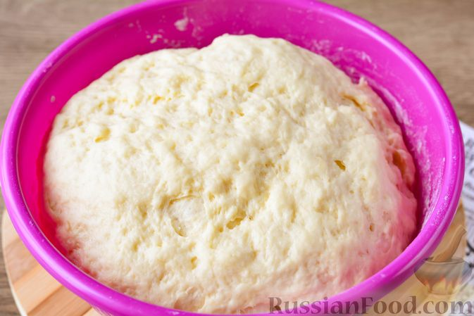 Фото приготовления рецепта: Дрожжевые булочки с кунжутом - шаг №12